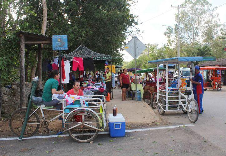 Los comerciantes venden comida, ropa usada y nueva, trastes, juguetes y diversos artículos. (Yvette Ycos/SIPSE)