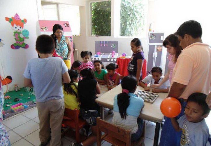 Los pequeños elaboran coches, juegos de mesa, muñecas y casas con materiales de reciclaje. (Redacción/SIPSE)