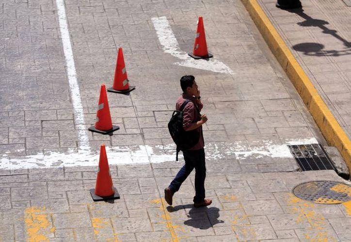 La Policía Municipal de Mérida prácticamente eliminó un carril de las calles que rodean la Plaza Grande, en el Centro Histórico. Colocó conos naranja en las esquinas. (Foto: Milenio Novedades)