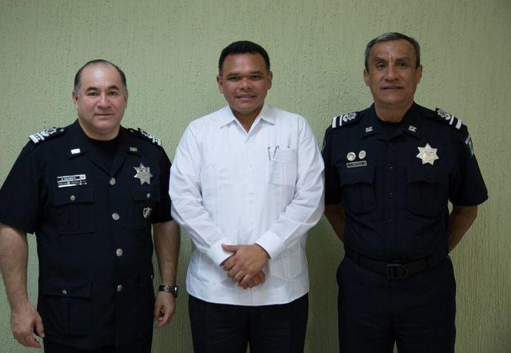 Enrique Galindo Ceballos, comisionado general de la Policía Federal; el gobernador de Yucatán, Rolando Zapata Bello, y Julio César Martínez Arredondo, quien asumió el cargo en Yucatán. (Foto cortesía del Gobierno estatal)
