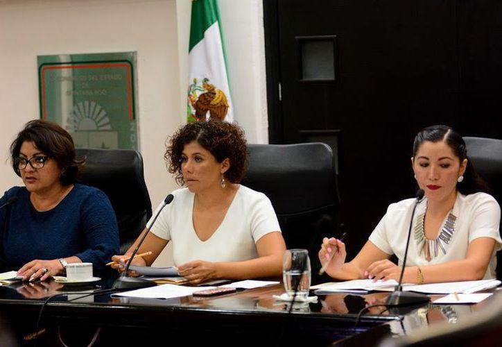 De izquierda a derecha las diputadas Gabriela Angulo Sauri, Leslie Hendricks Rubio y Elda Candelaria Ayuso Achach.