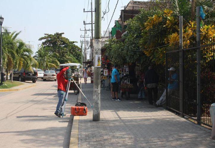 Ya inició la labor topográfica en la avenida principal del municipio de Tulum. (Sara Cauich/SIPSE)