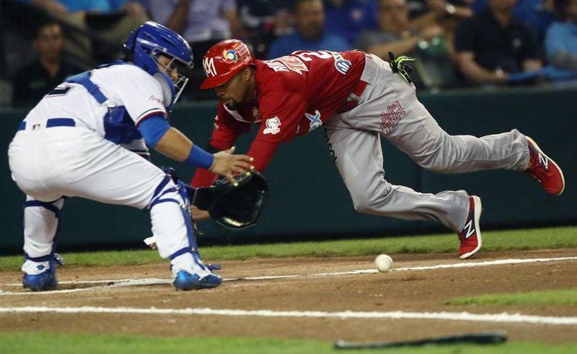 Chris Roberson (rojo) de Mexico y Vermin Mercedes de Republica Dominicana, durante la Serie del Caribe de beisbol. Águilas de Mexicali derrotó 7-2 a Licey. (Jammedia)