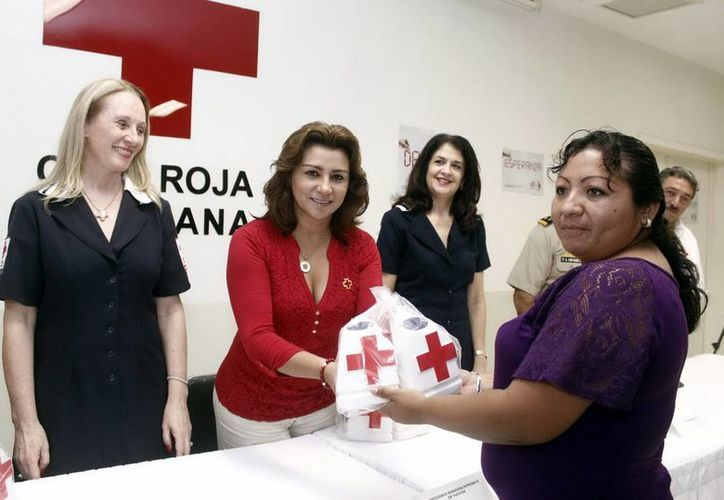 Sara Blancarte encabezó la entrega de alcancías para la recaudación de donaciones. (Milenio Novedades)
