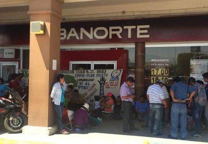 Los maestros impiden la apertura de instituciones bancarias en la zona. (Óscar Rodríguez/Milenio)