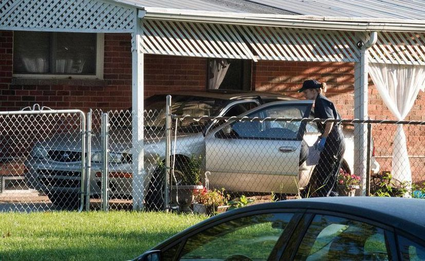 La policía de Dearborn Heights recaba evidencias en la casa 4431 de la calle Hipp en Detroit, el miércoles 21 de septiembre de 2016, donde un hombre mató a cuatro personas e hirió a su esposa. (Daniel Mears/The Detroit News via AP )