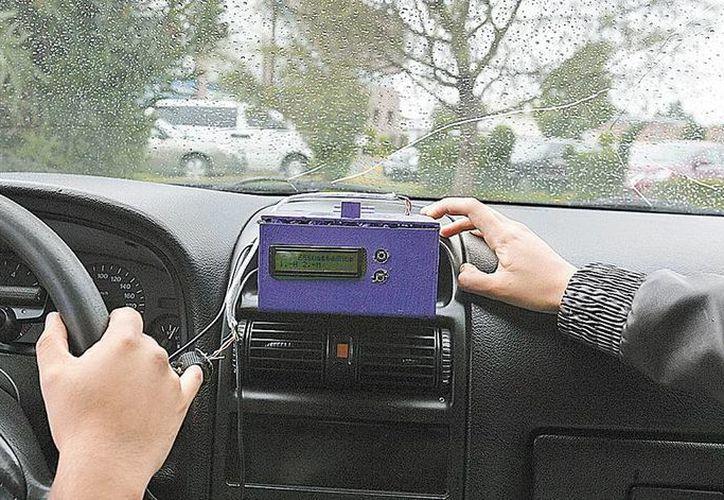 El automovilista se debe colocar un dedal especial para registrar la frecuencia cardiaca. (Milenio)