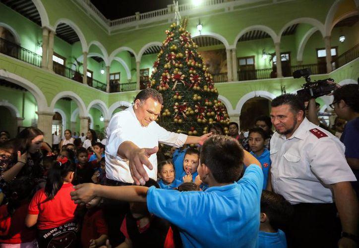 Acompañado de la presidenta del DIF estatal y Santa Claus, el gobernador Rolando Zapata Bello encendió el arbol navideño. (Milenio Novedades)