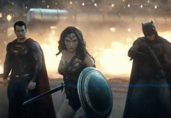 Henry Cavill (Superman), Gal Gadot (Wonderwoman) y Ben Affleck (Batman) unen fuerzas en contra del villano Lex Luthor (Jesse Eisenberg) en la cinta 'Batman Vs. Superman', que se estrenará en marzo próximo. (DC Comics)
