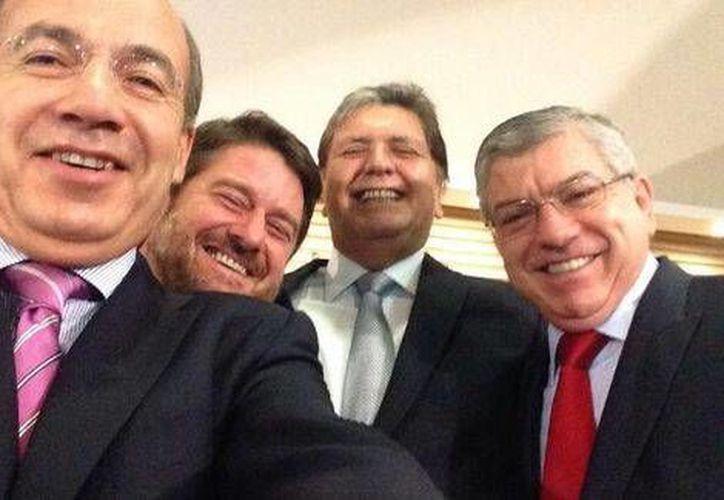 Calderón con otros expresidentes: Alan García, César Gaviria y Claudio Orrego. (Twitter)