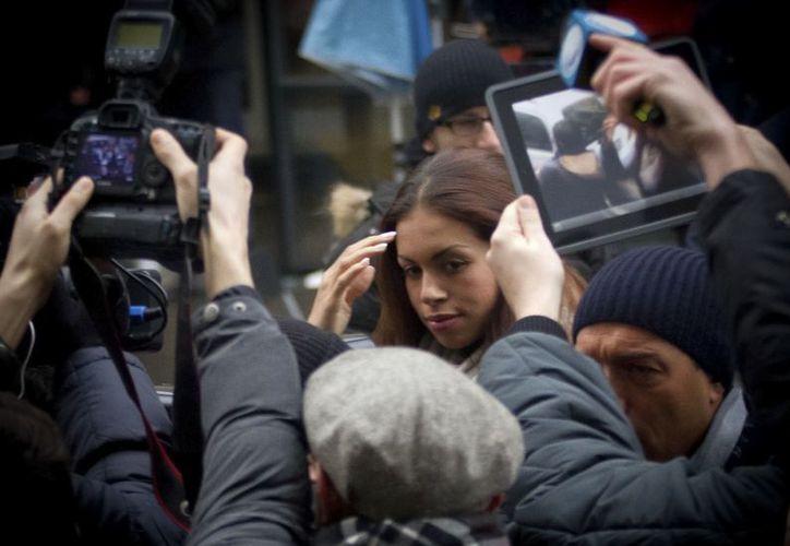 Karima el-Mahroug (c) arribó este lunes a una corte en Milán donde se realiza el juicio contra Berlusconi. (Agencias)