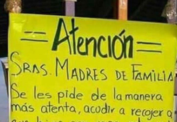 El cartel advierte que se regresarán a sus casas a las mamás que no cumplan con la regla. (Foto: Excélsior)