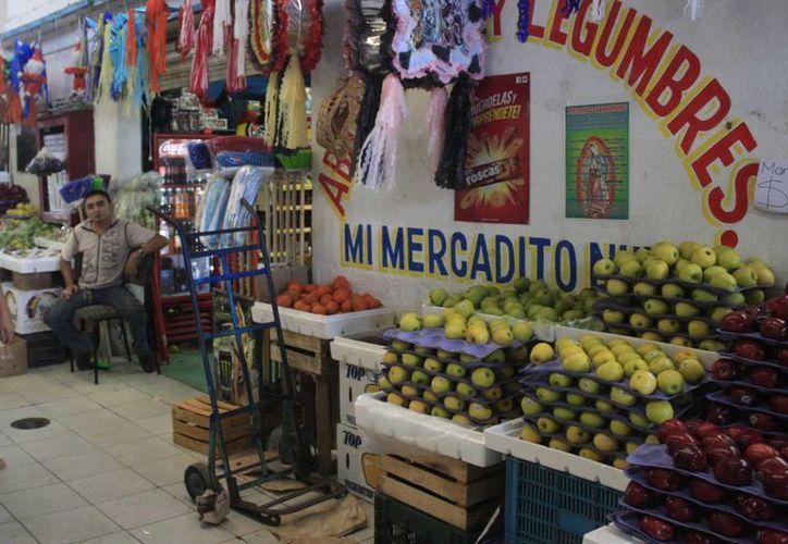 Los mercados de Chetumal continúan en condiciones de riesgo para los vendedores y la población en general. (Harold Alcocer/SIPSE)