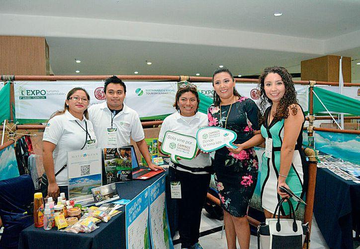 """La alcaldesa Paoly Perera Maldonado recorrió algunos """"stands"""" para conocer los esquemas y trabajos que se llevan a cabo para hacer de la sustentabilidad un modo de vida. (Foto: Redacción / SIPSE)"""