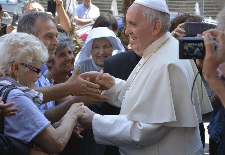 El Papa Francisco saluda a feligreses durante su visita el 31 de julio de 2014 a la Curia Jesuíta en Roma, en la fiesta de San Ignacio de Loyola. (Foto: Roy Sebastian Nellipuzhayil/AP)
