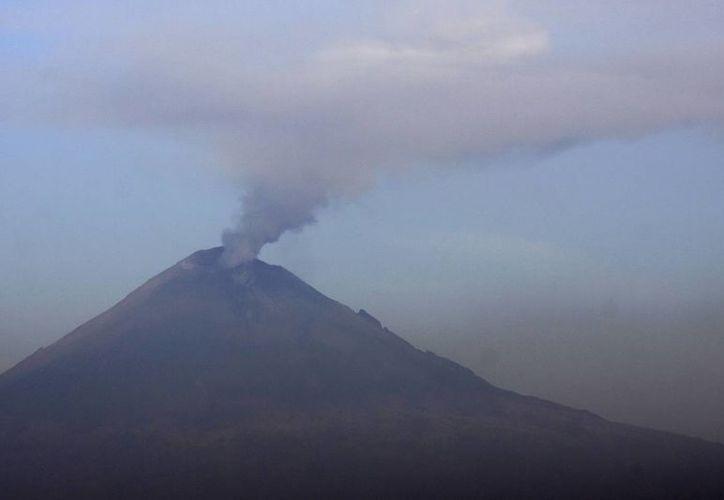 El volcán Popocatépetl continúa con exhalaciones de vapor de agua y ceniza, el semáforo continua en amarillo fase 3. (Notimex)