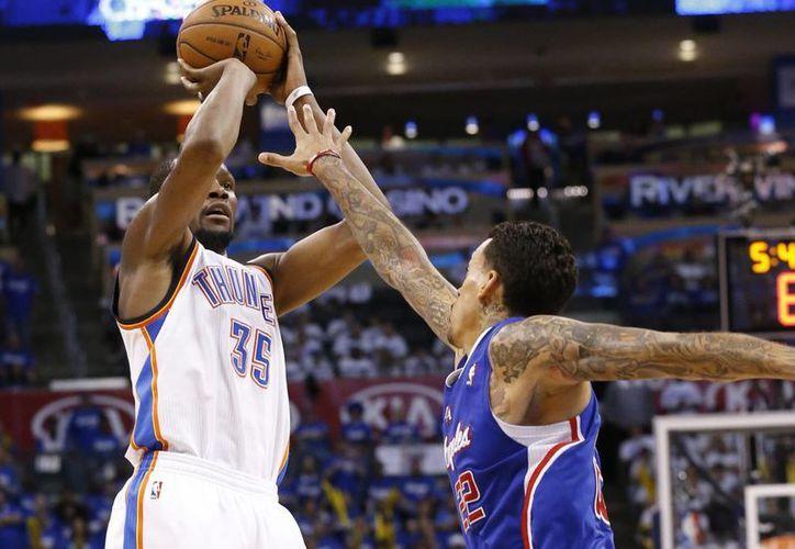 Durant (35), de Thunder, envia la pelota hacia la canasta, por sobre Matt Barnes (22), de Clippers, en el cuarto periodo del segundo partido de la serie. (Foto: AP)