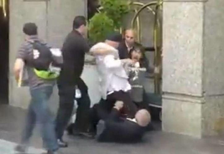 Uno de los guardaespaldas tomaron del cuello al cantante. (YouTube)