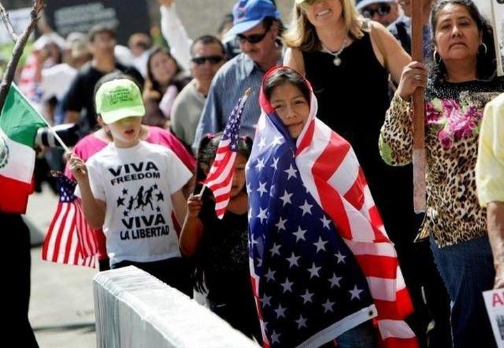 Por su afán de conseguir una identificación muchos mexicanos en Estados Unidos recurren a las falsificaciones. (Archivo/AP)