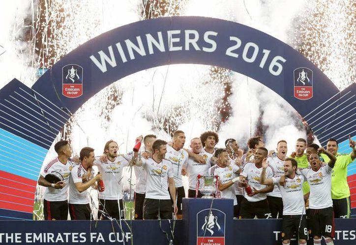 Manchester United obtuvo el título de la Copa FA, luego de vencer 2 a 1 al Crystal Palace, con anotaciones de Juan Mata y  Jesse Lingard. (AP)