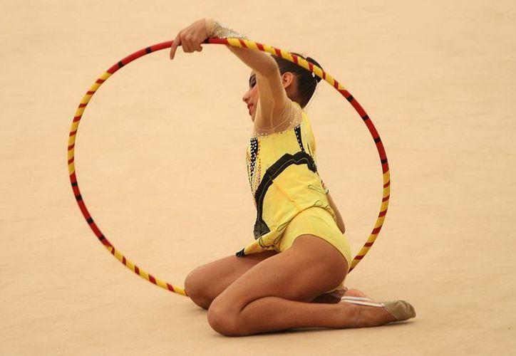 La yucateca Fabiola Jiménez durante un entrenamiento previo a su competencia en la Copa Yucatán de Gimnasia Rítmica. (Milenio Novedades)