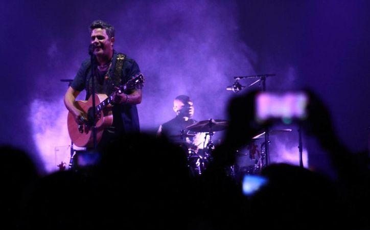 El cantautor español interpretó todos su éxitos por más de una hora y media, ante un recinto lleno de fans.(José Acosta/Milenio Novedades)