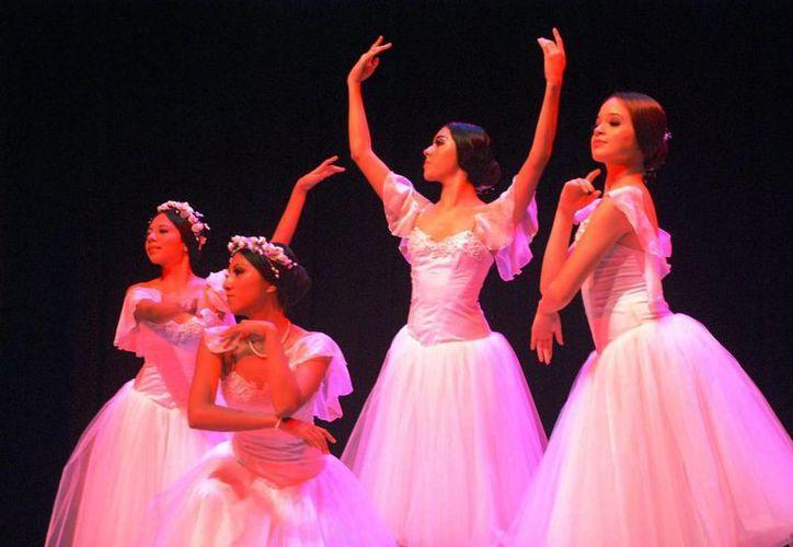 Con distintas expresiones, pero todas con sinceridad, muchos espectadores manifestaron su alegría y su admiración ante la destreza de los bailarines y los estudiantes de danza. (Redacción/SIPSE)
