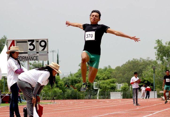 Mariel Carrillo obtuvo dos medallas de oro en salto de longitud. En la foto, ejecuta un salto durante su participación en el último día de la paralimpiada 2015. (Sipse)