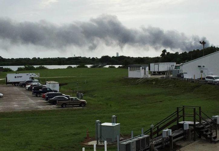 Una columna de humo asciende del lugar donde ocurrió una explosión durante una prueba del cohete SpaceX. (AP/Marcia Dunn)