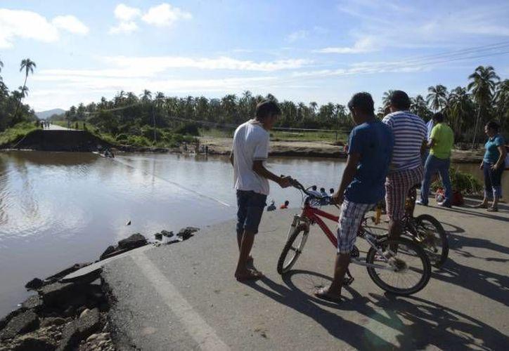 Tras los arreglos a las vías de comunicación, varios policías complicaron la entrega de   despensas en Acapulco. (Agencias/Foto de archivo)
