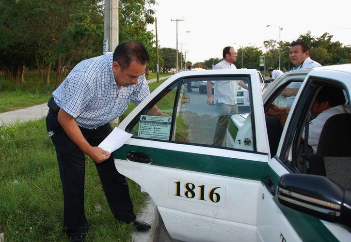 Las multas para los taxistas que no retiren el polarizado podrían ascender hasta los 800 salarios mínimos. (Tomás Álvarez/SIPSE)