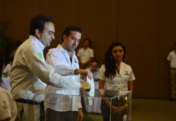 Pablo Gamboa Miner, titular de la Comey, al momento de realizar su voto. (Luis Pérez/SIPSE)