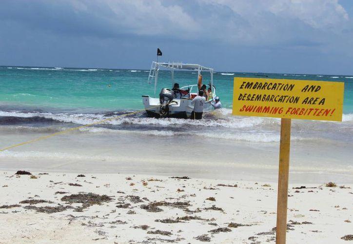 En Playa Pescadores se observaron avisos en inglés para que el bañista no ingrese en algunas zonas. (Sara Cauich/SIPSE)