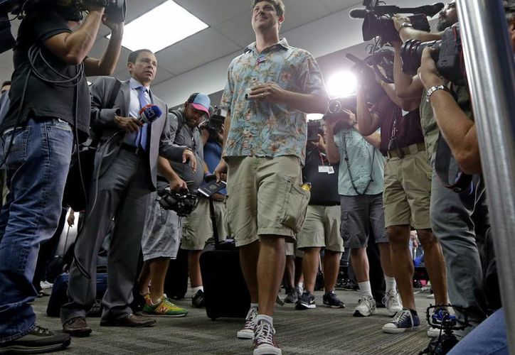 Seth Miller, de Nueva York, se prepara para tomar el vuelo de JetBlue 387 a Santa Clara, Cuba. (AP/Alan Diaz)