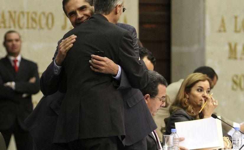 Los diputados José González Morfín y Silvano Aureoles se abrazaron al término de la clausura del primer periodo de sesiones. (Notimex)