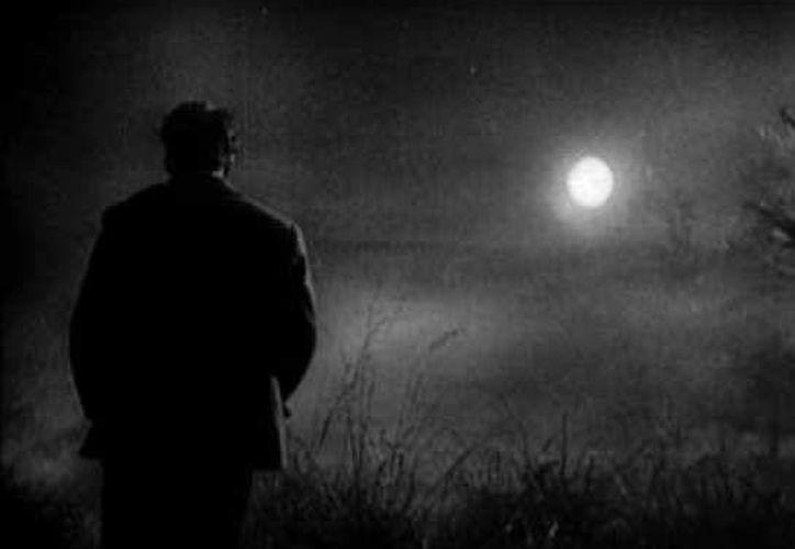 Sólo la luz de la luna alumbraba al espantado joven mientras iba a su casa. (Jorge Moreno/SIPSE)