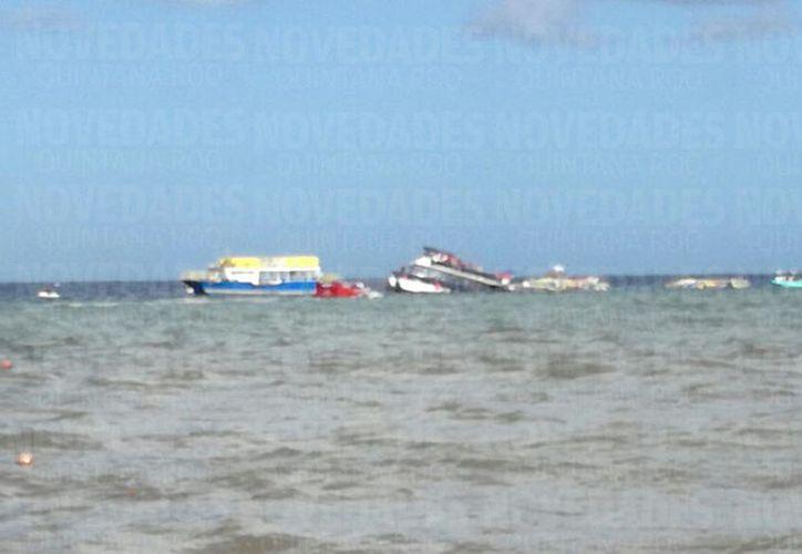 La parte trasera de la embarcación quedó bajo el agua. (Foto: Gustavo Villegas)