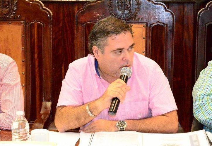 El regidor priista Enrique Alfaro Manzanilla denunció presunta irregularidad con unos pabellones que recibió en donación el Ayuntamiento de Mérida. (Cortesía)