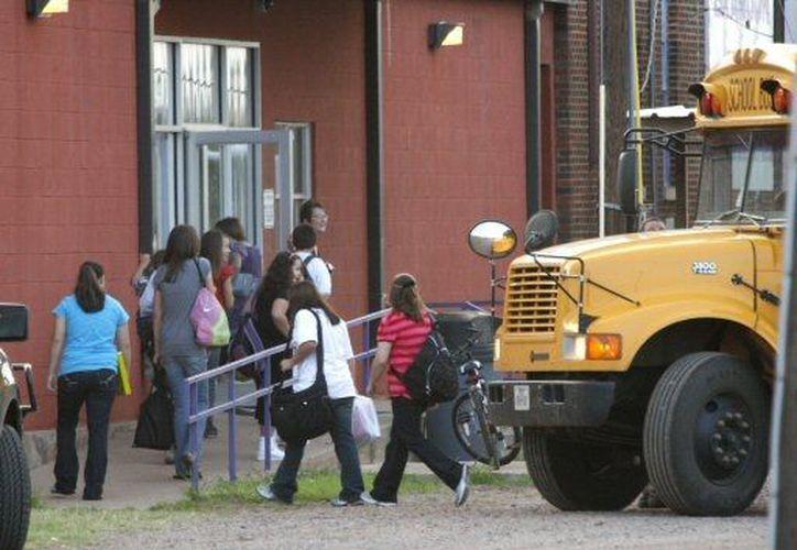 Más estados de la Unión Americana promoverán leyes para uso de armas en centros escolares. (Agencias)