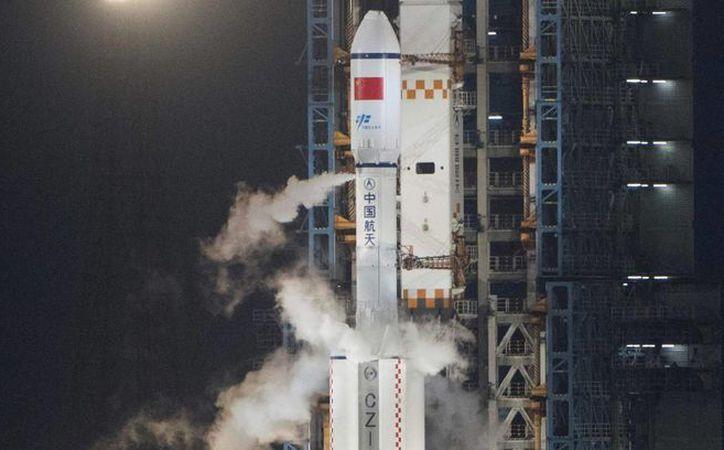 La nave de carga Tianzhou-1, a bordo del cohete Larga Marcha 7, momentos antes del lanzamiento. (FRED DUFOUR AFP)