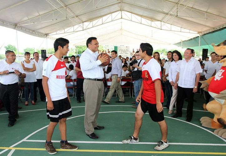 El gobernador Rolando Zapata durante una de sus actividades del miércoles. (SIPSE)