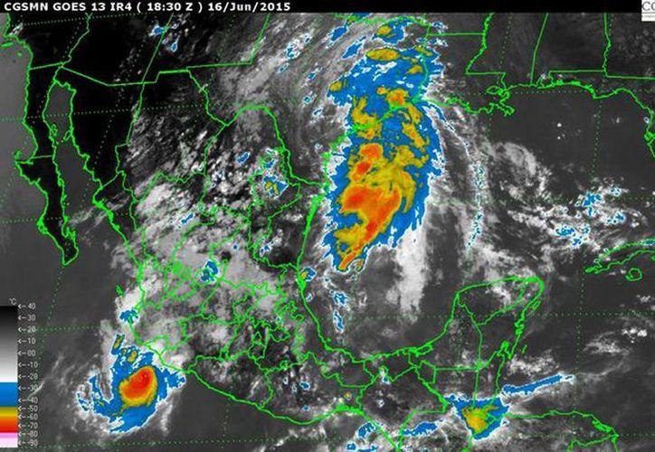 El huracán Carlos, con vientos de 40 km por hora y rachas de hasta 70 km, provoca oleaje de 2.5 a 3.5 metros en Colima y sur de Jalisco.(mn.conagua.gob.mx)