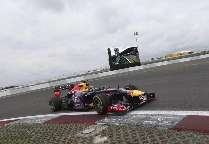 Vettel hizo 1:30.416 para dejar en segundo sitio a Rosberg (1:30.651) y en tercero a Webber (1:30.683). (Agencias)
