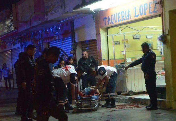 Un joven de 23 años de edad falleció tras llegar ensangrentado a la puerta de una taquería. (Redacción/SIPSE)