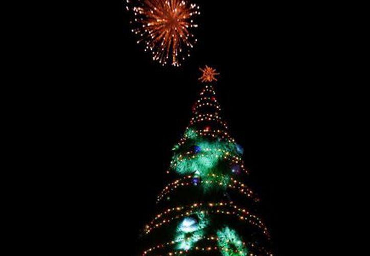 El encendido oficial de la iluminación navideña se realizó esta noche en el fraccionamiento Juan Pablo II. (SIPSE)