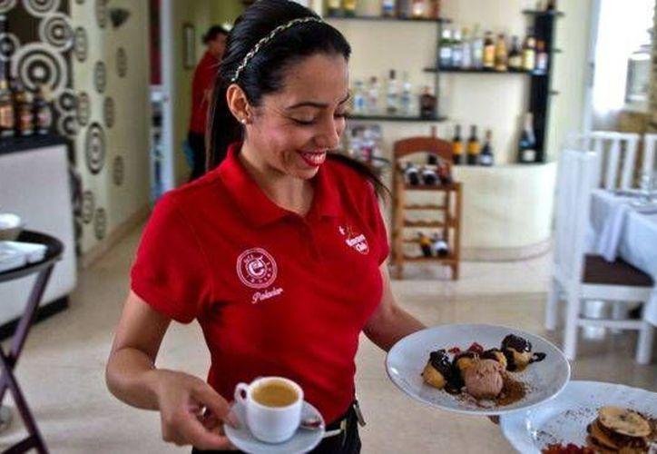 Las meseras que usan camisetas rojas reciben más propina de los clientes, según un estudio. (BBCMundo)