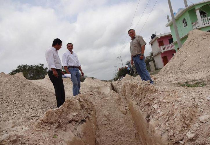 Las autoridades supervisaron la interconexión al drenaje de la colonia Tumben Kah. (Rossy López/SIPSE)