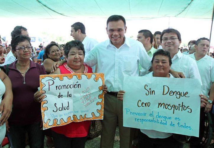 Ayer, el gobernador Rolando Zapata inauguró un Centro de Salud en el fraccionamiento Flamboyanes de Progreso, mediante una inversión de 3.2 millones de pesos. (Cortesía)