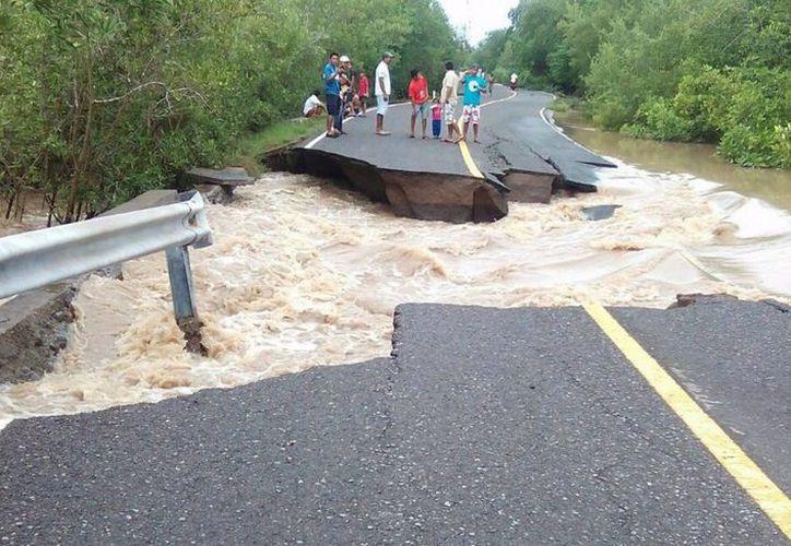 En el territorio guatemalteco se han reportado decenas de carreteras fracturadas y deslaves por las intensas lluvias de los últimos días. (Notimex)