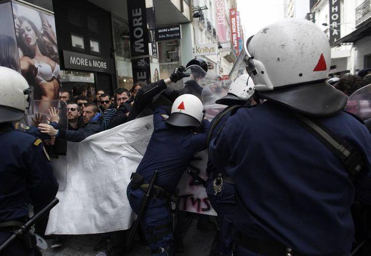La policía griega dispersó a los manifestantes con gas pimienta. (AP)
